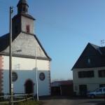 Die benachbarte Kirche, rechts das Freizeitheim Wirberg