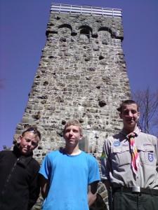 Hajker vor dem Bismarckturm auf dem Taufstein